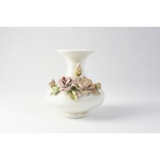 Vaso di porcellana con fiori in rilievo